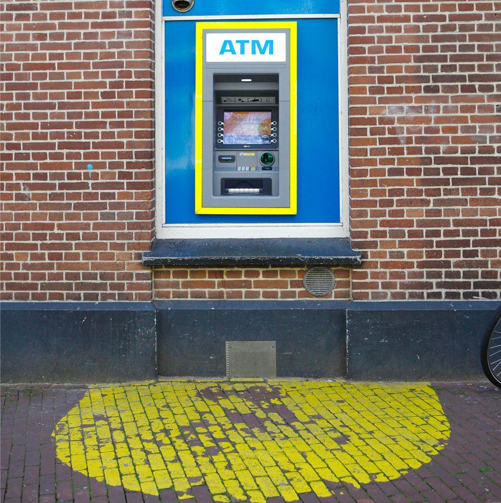 Walter Living: straatbeeld met ATM